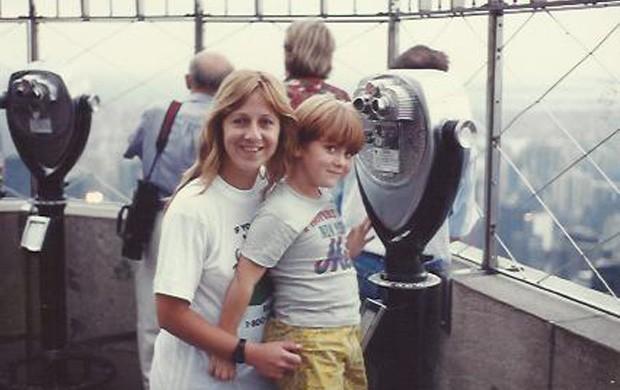 Sérgio Hondjakoff com a mãe em Nova York (Foto: Arquivo Pessoal)