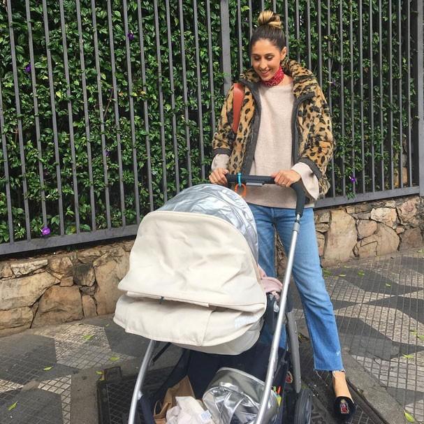 Paula Merlo, diretora de redação da Glamour, e sua filha Eleonora, recém-nascida (Foto: Reprodução Instagram)