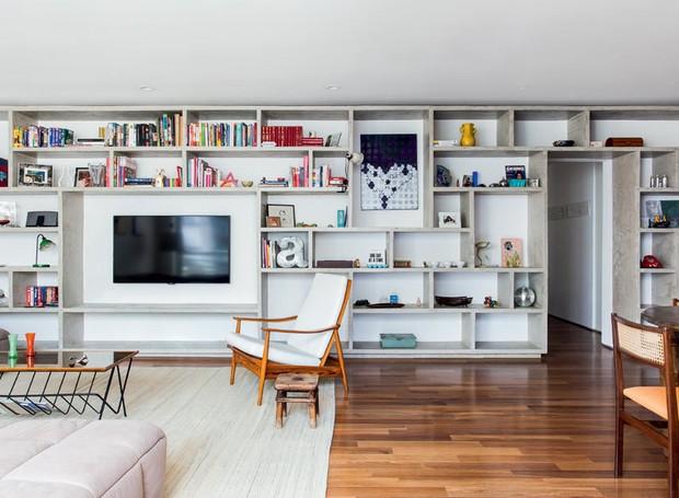 apartamento-arquiteto-Felipe-Hess-sala-estante-concreto-moldado-neutro (Foto: Ricardo Bassetti/Divulgação)