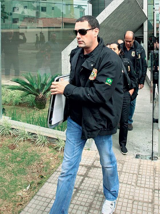 Agentes da PF recolhendo provas na última quinta-feira (Foto: Wesley Rodrigues/Hoje em Dia/Folhapress)