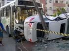 Colisão entre ônibus e carro derruba poste em Olinda