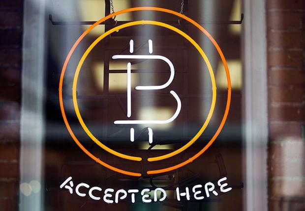 Sinal de bitcoin é visto na vitrine de uma loja em Toronto, no Canadá ; moeda virtual ; criptomoeda ;  (Foto: Mark Blinch/Reuters)