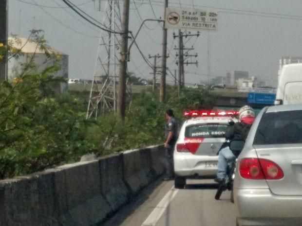 Carro da PM participa de buscas na Marginal Pinheiros nesta quarta-feira (Foto: Paulo Guilherme/G1)