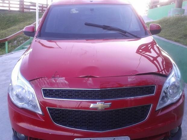 Capô do carro ficou amassado (Foto: Renata Cristiane)