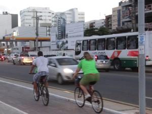 ciclistas na orla (Foto: Fabiana De Mutiis/G1)