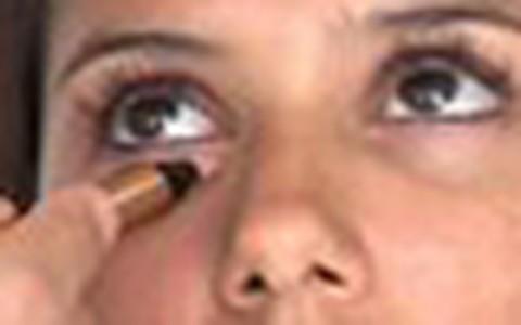 Aprenda a disfarçar as olheiras e aumentar os lábios com a maquiagem