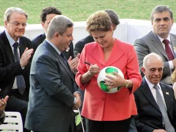 Presidente Dilma Rousseff autografa bola oficial da Copa das Confederações (Foto: Pedro Triginelli/G1 MG)