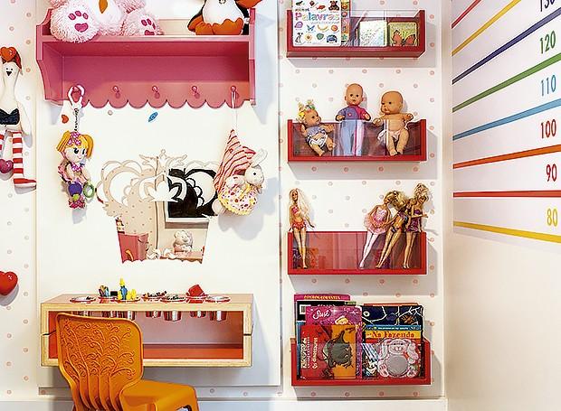 Caixas de acrílico na parede organizam os livros e alguns dos brinquedos (Foto: Sambacine/Divulgação)