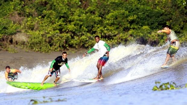 Surf lonboard na Pororoca, em Arari - Geraldo Lemos, Carlos Bahia, Marcelo Bibita e Danilo Mulinha surfando (Foto: Divulgação/Raimundo Pacó)