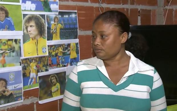 Diarista possui mural com fotos de David Luiz no parede da sala (Foto: Reprodução SporTV)
