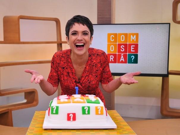Sandra Annenberg e o bolo em comemoração em primeiro aniversário do Como Será? (Foto: Globo)