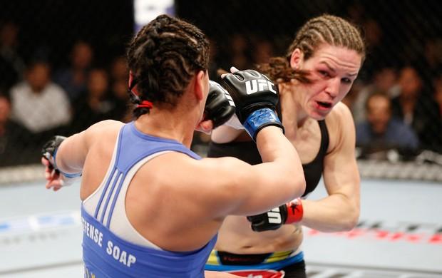 Alexis Davis luta contra Jessica Eye no UFC 170 (Foto: Getty Images)
