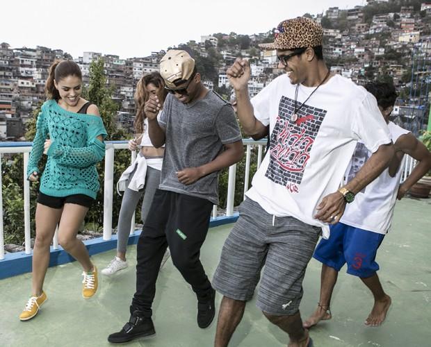 Os dois curtem os passinhos com colegas (Foto: Inácio Moraes/TV Globo)