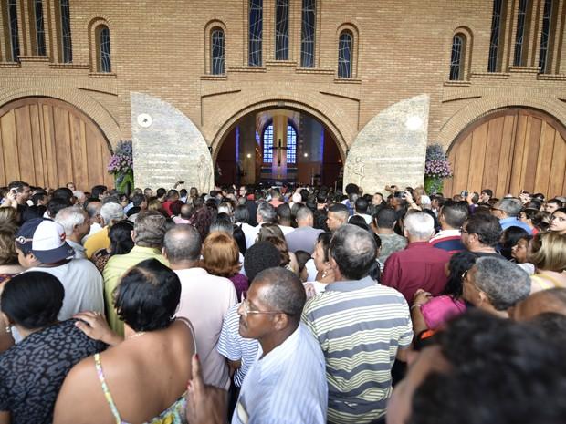 Fiéis passam pela Porta Santa do Santuário Nacional de Aparecida (Foto: Thiago Leon/ Santuário Nacional de Aparecida)