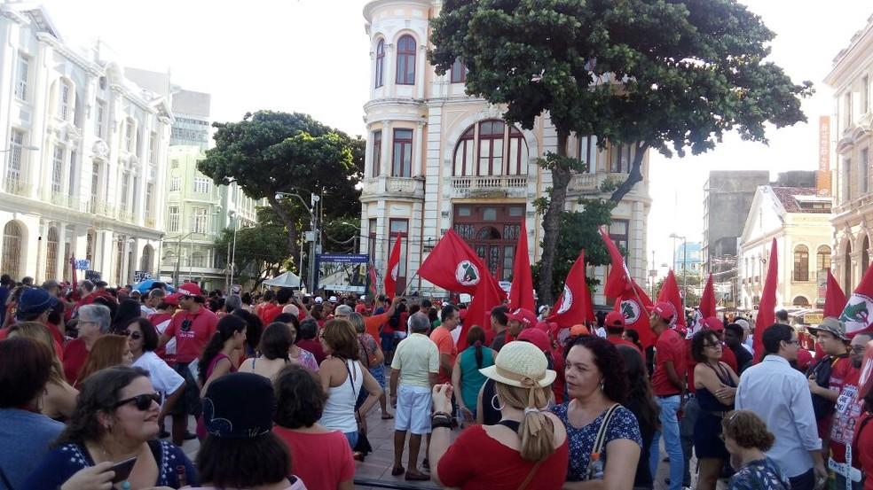 Manifestantes se reuniram no Centro do Recife para exigir a saída de Temer (Foto: Marina Meireles/G1)