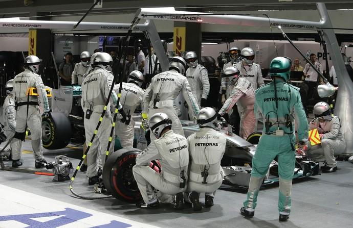 Mercedes tentou, em vão, resolver problema de Nico Rosberg em pit stop no GP de Cingapura (Foto: EFE)