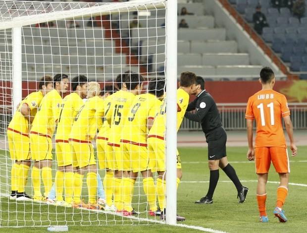 BLOG: Montillo chuta por cima da barreira formada por 9 atletas e faz gol na China