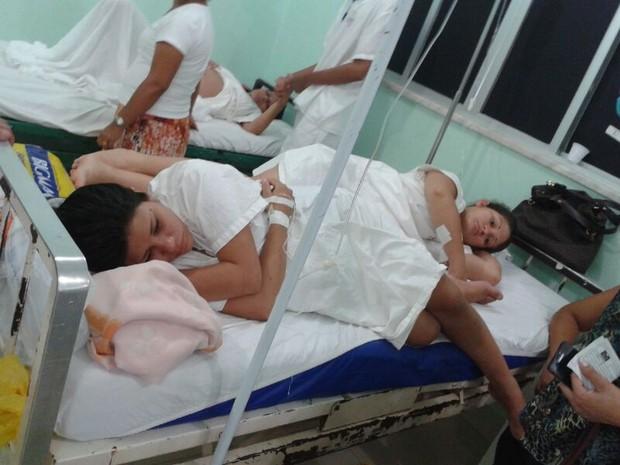 Mulheres dividem mesmo leito no Hospital Mãe Luzia, no Amapá (Foto: Arquivo Pessoal/Eurisan Paixão)