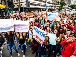 Estudantes da rede estadual de ensino saíram da concentração no vão livre do Masp, na Avenida Paulista, e seguiram em passeata até a sede da Secretaria Estadual de Educação, no Centro de São Paulo, em protesto contra a reestruturação do sistema de ensino (Foto: Dario Oliveira/Código19/Estadão Conteúdo)