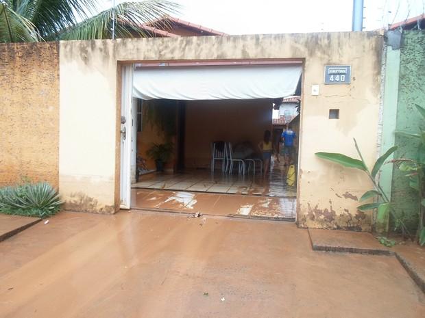 A lama invadiu as casas no bairro Canelas (Foto: Cida Santana)
