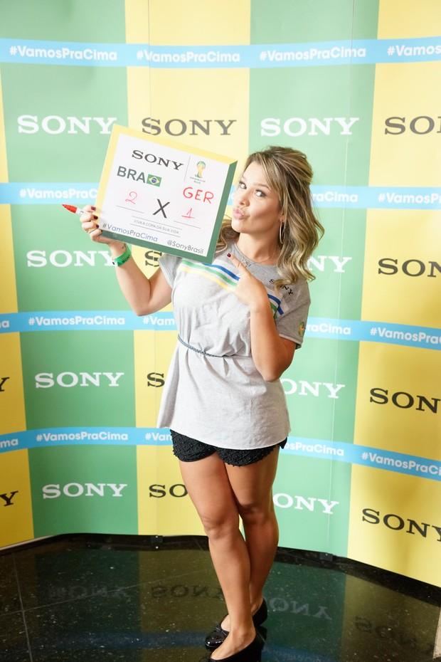Fernanda Souza  no Ponto de Encontro de encontro Sony do jogo Brasil x Alemanha - BH (Foto: Sony Produtora 7)