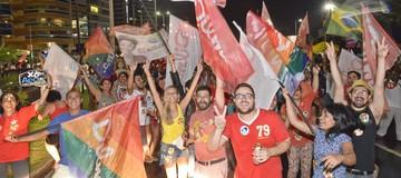 Eleitores festejam a reeleição de Dilma na Praia de Camburi (A Gazeta)