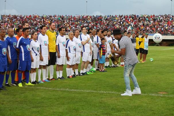 Os times foram divididos entre artistas, ex-jogadores e autoridades. (Foto: Lia Mara)