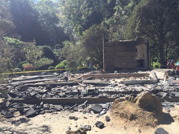Incêndio destrói Casa de Chá, um dos atrativos do Recanto Japonês, em Poços de Caldas (MG). (Foto: Thiago Augusto Masaki Luiz)