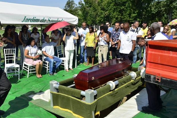 Corpo de Roberto Correa, do Golden Boys, é velado e enterrado no Rio (Foto: Roberto Teixiera/ Ego)