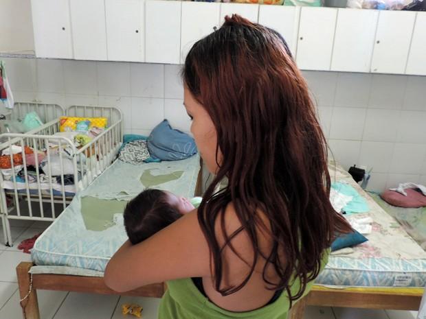 Jessika tem outros dois filhos além do recém-nascido Mateus (Foto: Débora Soares/G1)