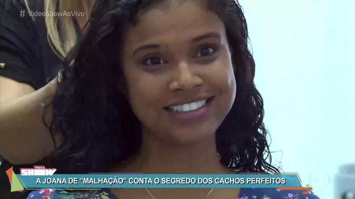 Aline Dias mostra como prepara o visual (Foto: TV Globo)
