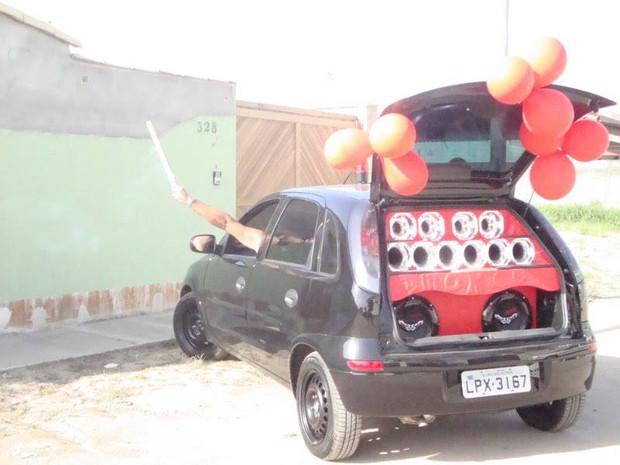 Carro roubado na noite desta sexta-feira (1) em Rio das Ostras (Foto: Vanderleia Sepúlveda / Arquivo Pessoal)