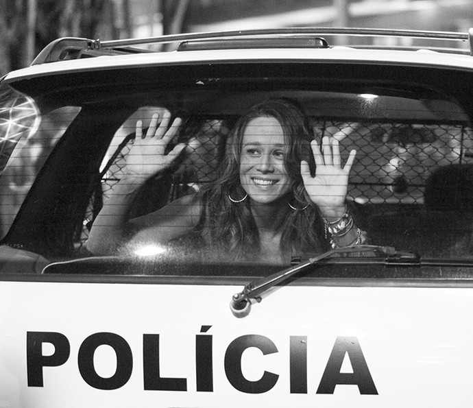 Mari Ximenes sorri de dentro do carro de polícia. Tancinha com olhar de apaixonada para Apolo <3 (Foto: Rapahel Dias/Gshow)