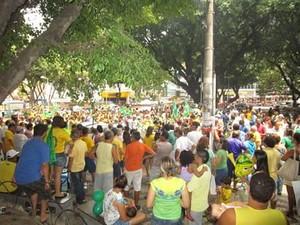 Manifestantes protestam em Teófilo Otoni (Foto: Lusiane Sedlmayer)