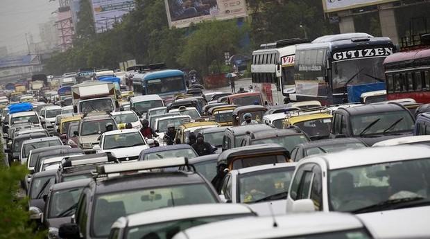 Veículos em engarrafamento após fortes chuvas em Mumbai. Índia quer transformar carro particular em táxi (Foto: Reuters)