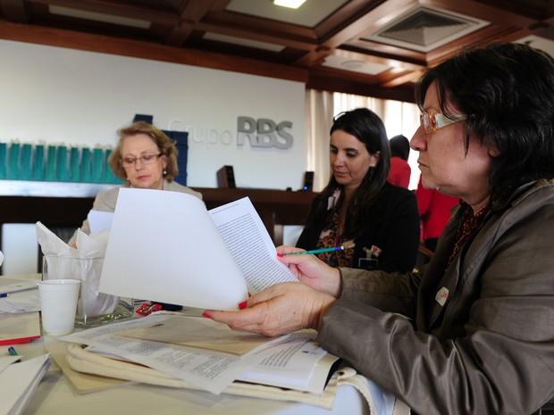 Depois de corrigirem relatos individualmente, avaliadores definiram os finalistas em reunião presencial, em Porto Alegre (Foto: Fernando Gomes/Agência RBS)