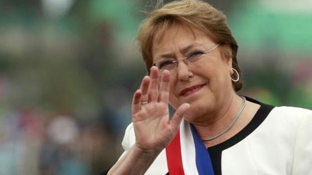 No Chile, a presidente Michelle Bachelet, de 64 anos, viu sua popularidade encolher, pouco depois de retornar ao palácio presidencial La Moneda, em março de 2014  (Foto: AFP)