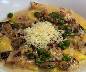 Nhoque de batata-baroa com creme de cogumelos
