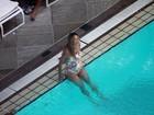 Luana Piovani nada em piscina de hotel no Rio