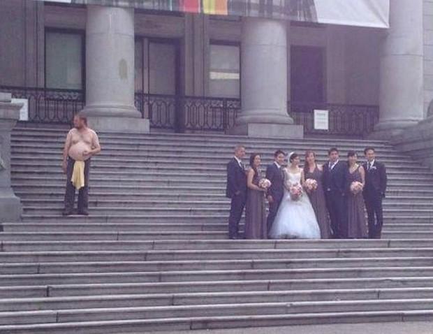 Homem sem camisa invadiu foto de casamento e tornou registro hilário no Canadá (Foto: Reprodução/Twitter/AlsBoy)