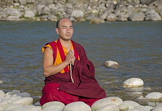Um lama budista pratica meditação à beira do rio em Punakha (Foto: © Giselle Paulino)