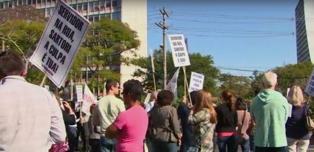 Servidores públicos organizam paralisação contra parcelamento de salários (Foto: Reprodução/RBS TV)