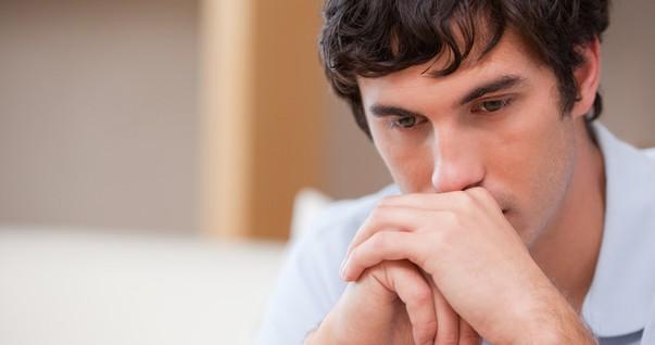 Homem triste, preocupado, depressivo (Foto: Shutterstock)