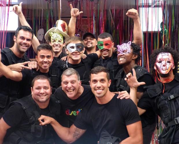 É só alegria! Trupe posa com o diretor Jorge Fernando  (Foto: Divertics/TV Globo)