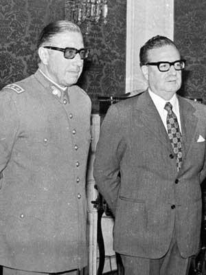 Foto de agosto de 1973 mostra o general chileno Augusto Pinochet (à esquerda) e o presidente Salvador Allende participando de uma cerimônia de nomeação Pinochet como comandante-chefe do Exército (Foto: Enrique Aracena/ Arquivo/ AP)