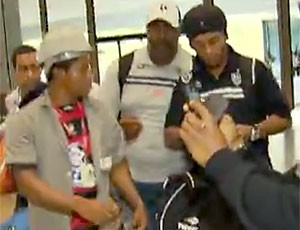 FRAME Ronaldinho autógrafo torcedor com a camisa do Flamengo (Foto: Reprodução)