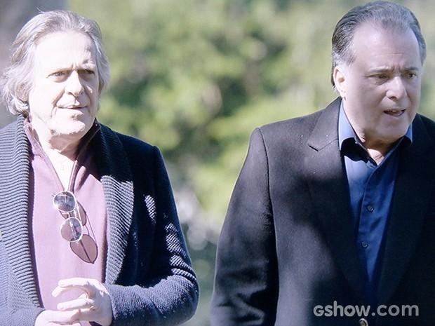 Bernardo e Braga conversam no jardim, um dia após o assassinato de Bruno (Foto: O Rebu / TV Globo)