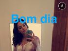 Bruna Marquezine faz selfie de shortinho e cumprimenta seguidores