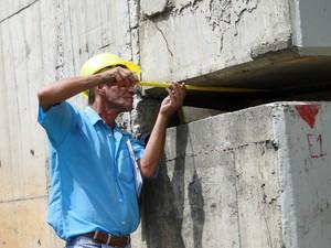 Funcionário mede parte do Viaduto Gil Nogueira, em BH. (Foto: Pedro Ângelo/G1)