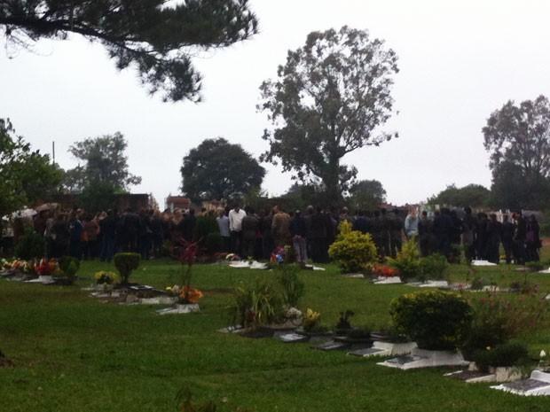 Familiares e amigos se despedem de Mariane, a vítima de número 242 do incêndio da Kiss (Foto: Alice Pavanello/RBS TV)